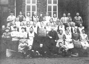 Gruppenfoto von Arbeiterinnen in der Zigarrenindustrie